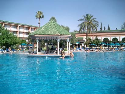 Cela Est Le Pe Mais Voyons Marrakech Aujourd Hui La Piscine De L Hotel 5 Etoile Sheraton Bar Les Pieds Dans Eau Vous Donne T Il Envie