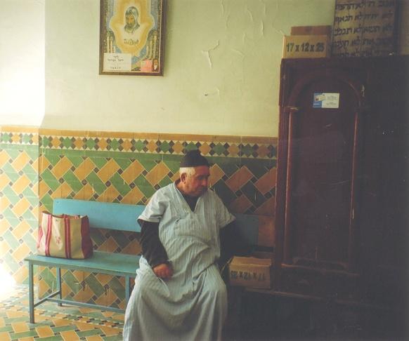 homme assis sur un banc.jpg